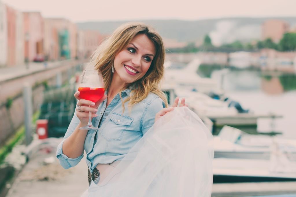 жена с питие в ръка